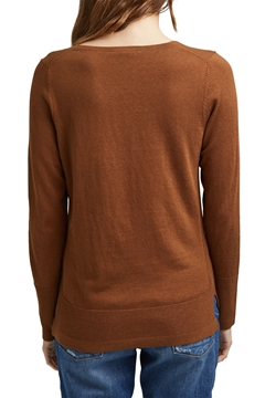 Picture of SUSTAINABLE V-neck jumper containing organic cotton